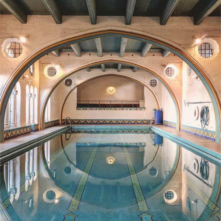 eigenartiges Schwimmbad